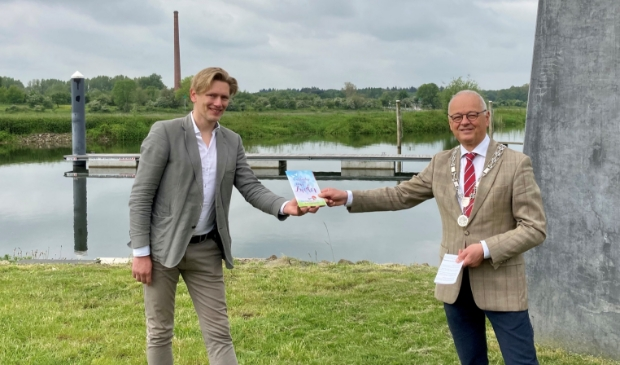 Bij de haven in Veessen ontving burgemeester Wiggers van gemeente Heerde het boekje
