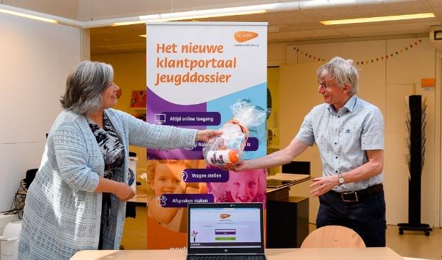 Wethouder Winnie Prins van Zeewolde en Maurice Damen van Icare Jeugdgezondheidszorg bij de start.