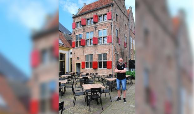 <p>Fred Voskuil voor het Daendelshuis </p>