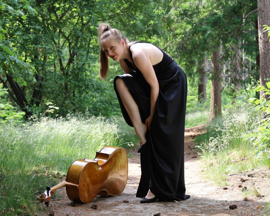 Celliste Hanneke Rouw speelt op het landgoed Ronnie Sentamu © brugmedia