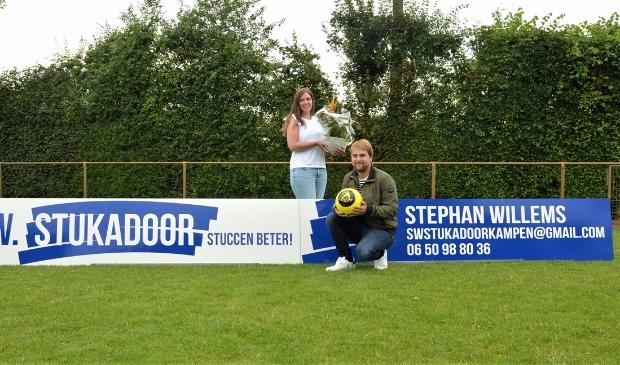 Jeanette Wessels en Stefan Willems van SW Stukadoor bij het nieuwe reclamebord op sportpark De Heughte van VSCO'61