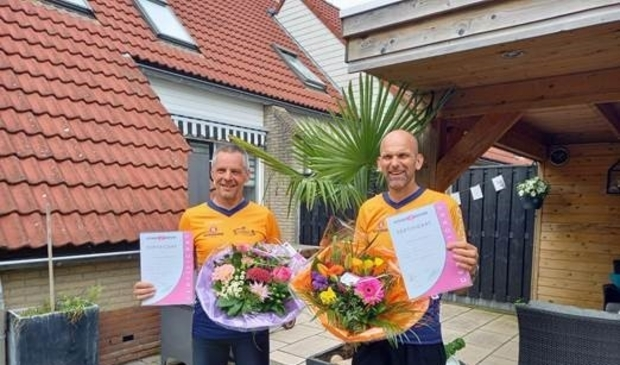 <p>Rene Bosman (l) en Olaf Prins met hun diploma&rsquo;s</p>