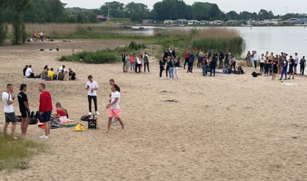 <p>Jongeren op het Spijkstrand.</p>