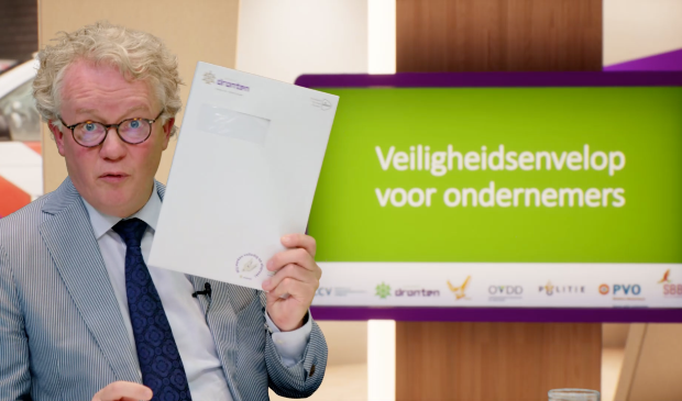 Jean Paul Gebben toont de envelop voor ondernemers met daarin onder ander een geurkaart.