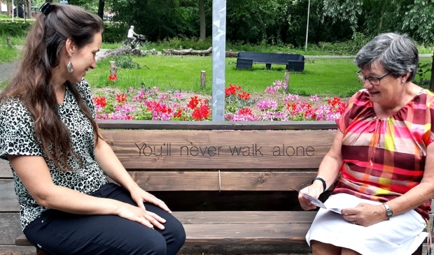 Esther de Ruiter en Mariëtte Heikoop op het bankje voor 't Ukien (Korteweg 4)