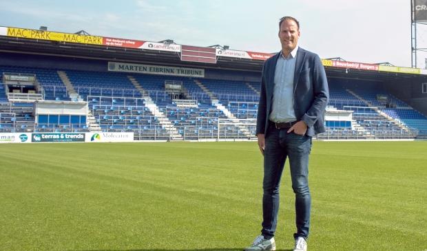 <p>Algemeen manager Jeroen van Leeuwen op het veld dat er piekfijn bijligt. &#39;Dat is ook bij de KNVB niet onopgemerkt gebleven.&#39;</p>