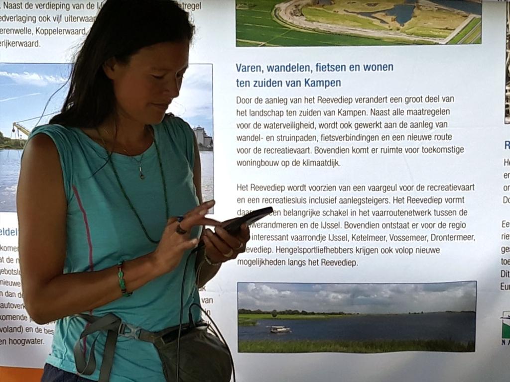 Li An Poah in de informatiekraam van Ruimte voor de Rivier (foto: Maarten van Gemert) © brugmedia