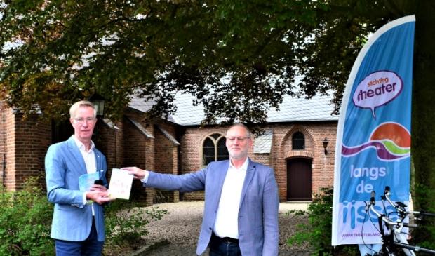 Burgemeester Horn ontvangt het boekje uit handen van Eddie Begeman . © BrugMedia