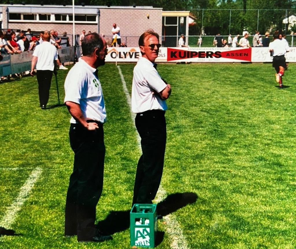 Bert Ebbens in 2001 voorafgaand aan de kampioenswedstrijd tegen ACV in Assen. Wim Brem (links) kijkt ook rustig toe.