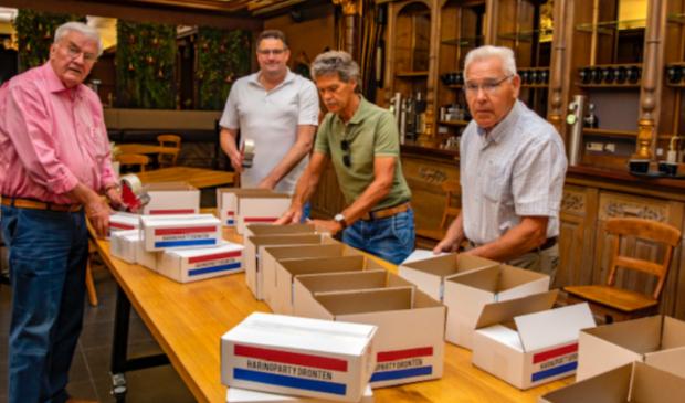 Rotaryleden pakken  haringpakketten in voor verzending