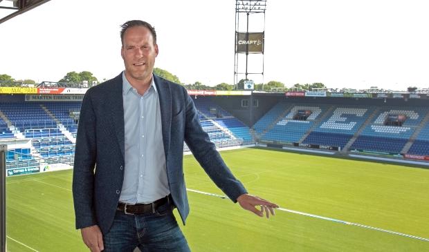 <p>Operationeel manager Jeroen van Leeuwen op het balkon van de commandoruimte, &#39;het mooiste zicht van het stadion&#39;.</p>