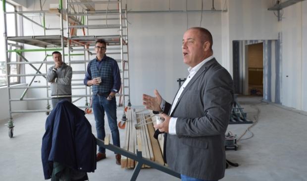 <p>MFG 2-voorzitter Erik Broekhuis in het in aanbouw zijnde gebouw.</p>