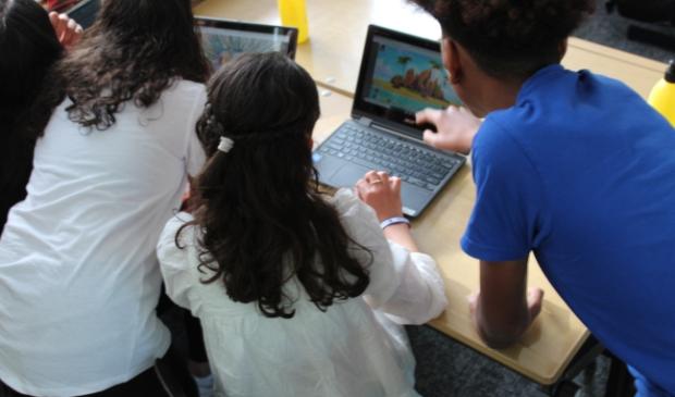 <p><em>Leerlingen van basisschool De Laetare testen het spel</em></p>