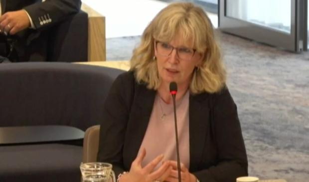 Liesbeth Couwenberg spreekt de gemeenteraad toe.