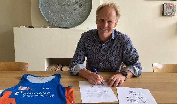 <p>Voorzitter van de BB-Lopers Frankwin Mussche tekent het nieuwe contract</p>