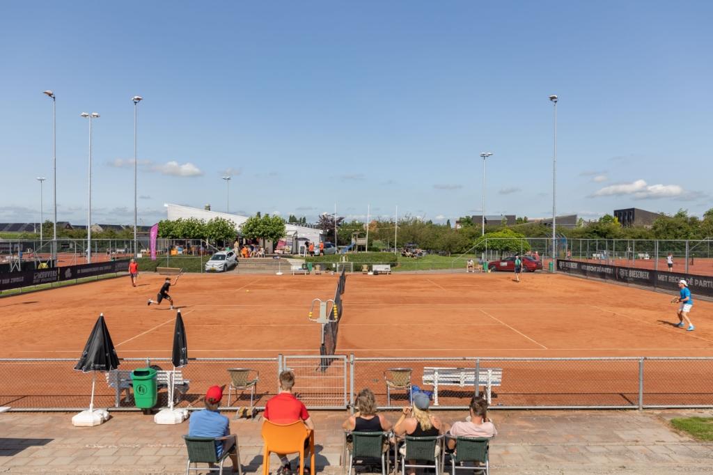 Het tennispark van TC '91 op de finaledag van de Stadshagen Open. Foto: Pedro Sluiter © brugmedia