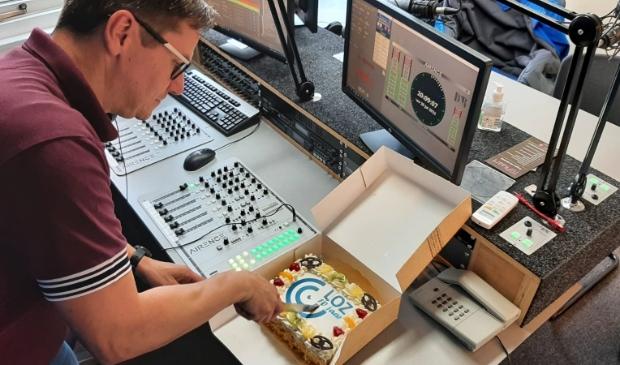 <p>In het bijzijn van burgemeester Gerrit Jan Gorter werd maandag in de studio van de LOZ de taart aangesneden</p>