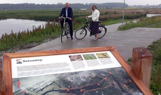<p>Albert Holtland en Rita Braam achter een informatiebord bij en over het rietmoeras</p>