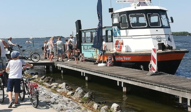 de zomerveer meert aan bij de boulevard in Harderwijk
