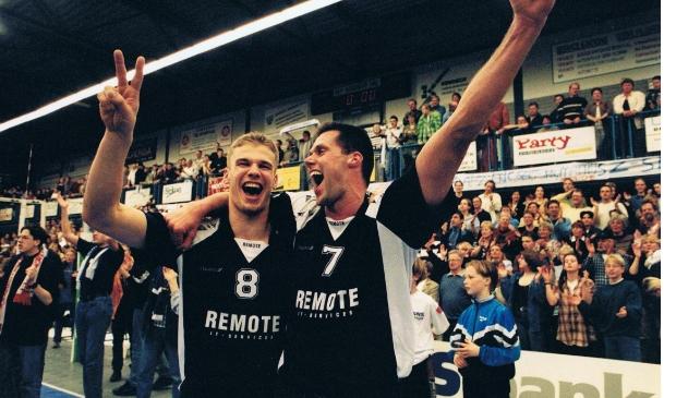 <p>Joost Kooistra (links) en Ronald Zoodsma vieren feest in de WRZV-hallen na de bekerwinst in 1998.&nbsp;</p>