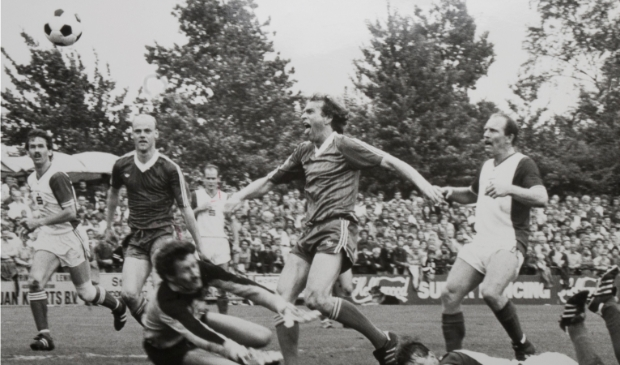 <p>Johan Neuteboom schiet Zwolsche Boys in 1984 in Hoogeveen naar de titel. Freddy Prins kijkt toe.</p>