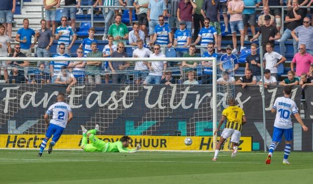 <p>De 0-1. PEC-doelman Kostas Lamprou is gepasseerd. Een domper voor PEC en haar supporters. &nbsp;</p>