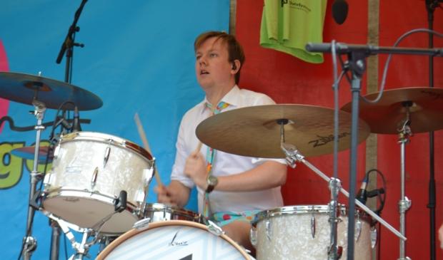 Drummer Jeroen Elsenga van Suit-Up op het Meerpaalplein