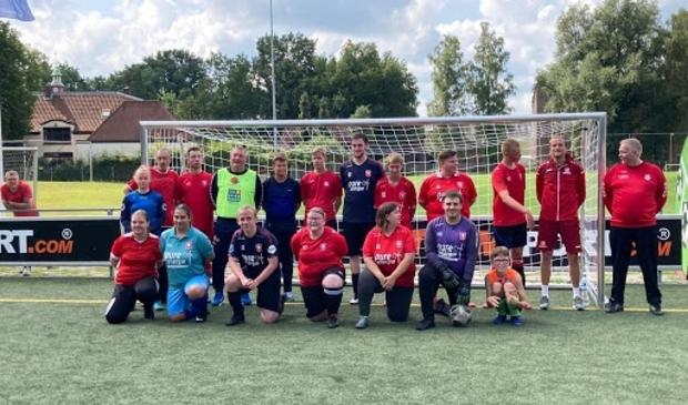 <p>Trainer Ron Jans van FC Twente (staand vierde van links) gaf een training aan G-voetballers bij vv Rigtersbleek.</p>