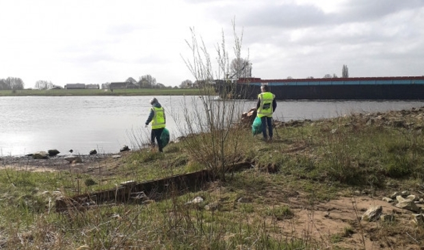 <p>Muziekvereniging Nooit Gedacht tijdens opruimactie langs de IJssel in Olst-Wijhe.</p>