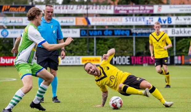 <p>Jochem van Putten doet er alles aan om de bal te veroveren.&nbsp;</p>