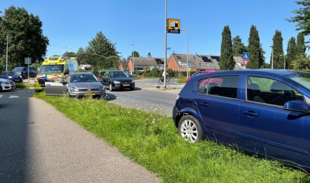 Bij het ongeluk waren de blauwe auto op de voorgrond en de volkswagen op de achtergrond betrokken.