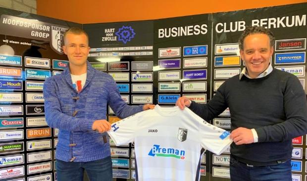 <p>Martijn Brakke met bestuurslid Henk-Jan van der Veer bij zijn presentatie in de businessclub van Berkum.</p>