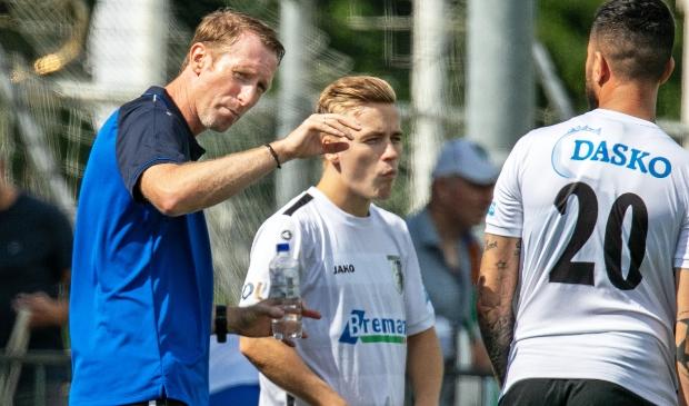Trainer Arno Hoekstra tijdens de eerste oefenwedstrijd in aanloop naar het nieuwe seizoen.
