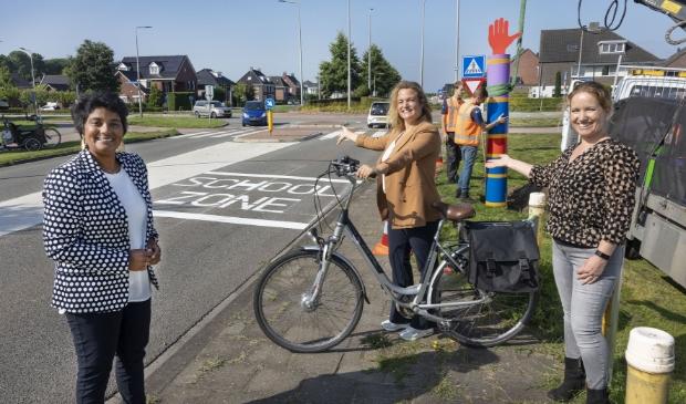 <p>Irene Korting (links) nam onlangs maatregelen bij een rotonde in Dronten-west.</p>
