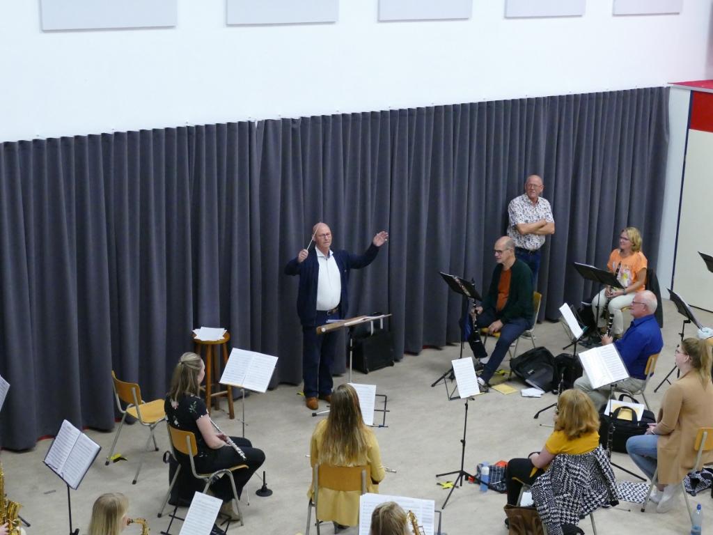 Onder toeziend oog van vaste dirigent Han koek dirigeert de Maestro nog een keer het concertwerk 'Conquest of Paradise' Paul Tegelaar © brugmedia