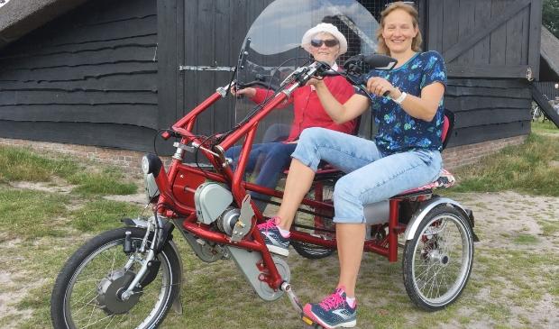<p>Op de foto een bijzondere training voor 2bike4alzheimer: Annelies Proper samen met haar moeder Ans Colenbrander op een duofiets op de Renderklippen&nbsp;</p>