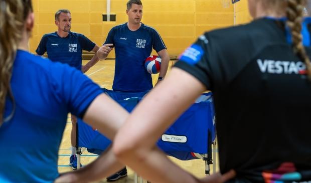<p>Regio Zwolle Volleybal-coach Eric Meijer (met bal) tijdens een training in aanloop naar het seizoen. Naast hem assistent Wilbert Drogt.</p>