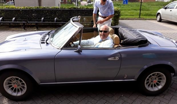 <p>Jan Paters arriveert in een Fiat Spyder bij het Hoornbeeck College in Kampen</p>