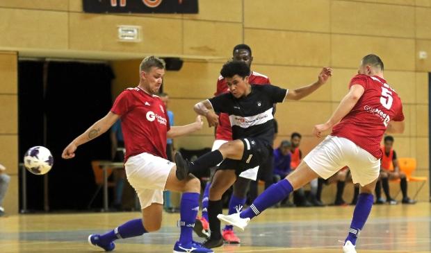 <p>Jeroah Balubun met een uithaal, die het doel net mist, in de competitieopener voor IFC Zwolle.</p>