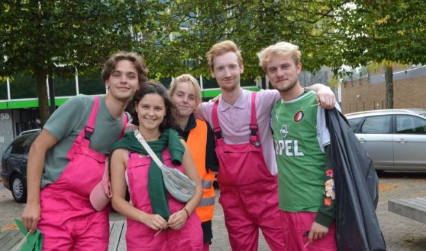 De vijf studenten uit Utrecht op het Meerpaalplein.