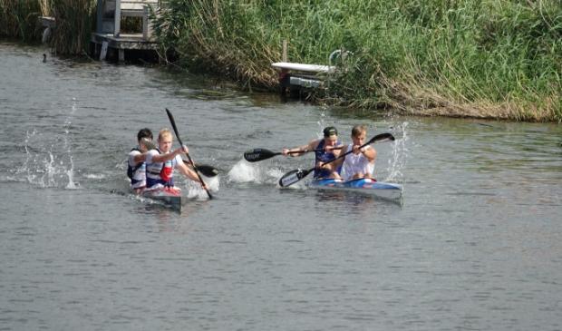 <p>Albart Flier (achterin rechterboot) knokt met kanopartner Yuri Aarnoudse om de nationale titel binnen te halen.&nbsp;</p>