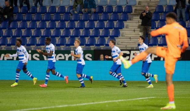 <p>Daishawn Redan maakt gelijk en loopt voorop om het eerste doelpunt voor pec in het seizoen te vieren.</p>