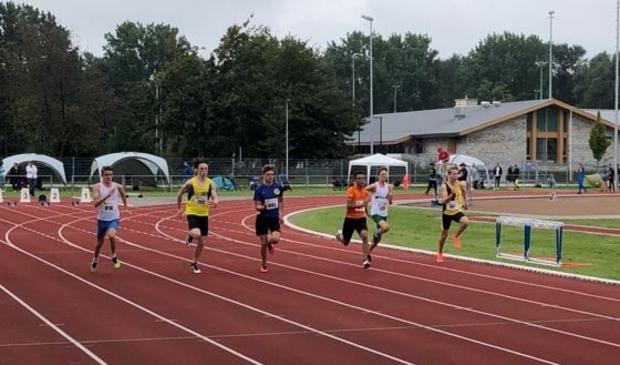 Rowan Tiemes (in het blauw) tijdens de 100 meter.