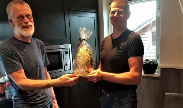 <p>Namens de boerenlandvogelvrijwilligers heeft Geert Geerlinks het gouden kievitsei uitgereikt aan Ber van der Velde</p>