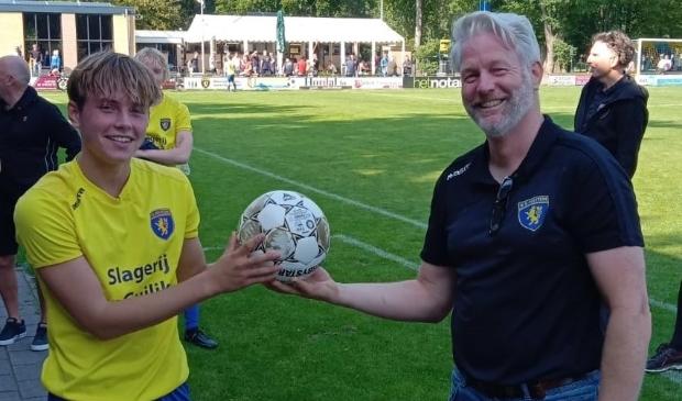 Op de foto, ontvangt Wesley Augustinus de wedstrijdbal uit handen van trainer Herman Oosterhaar.