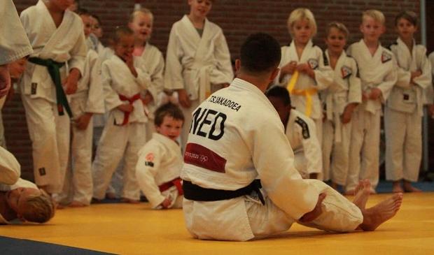 De jeugd van Budo Ryu Kenshin krijgt les van  Tornike Tsjakadoea.