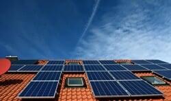 Energie besparen met zonnepanelen en besparend gedrag