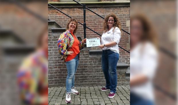 Overhandiging van een cheque ter waarde van €250.-