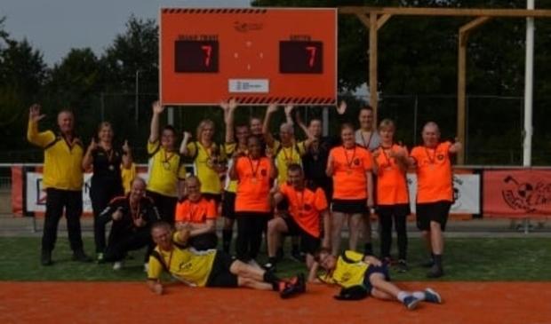 De G-korfballers van Oranje Zwart en Juventa na hun eerste wedstrijd.  Foto: Robert Scherrer © brugmedia