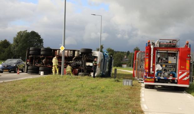 Een vrachtwagen is gekanteld aan de Frieseweg.